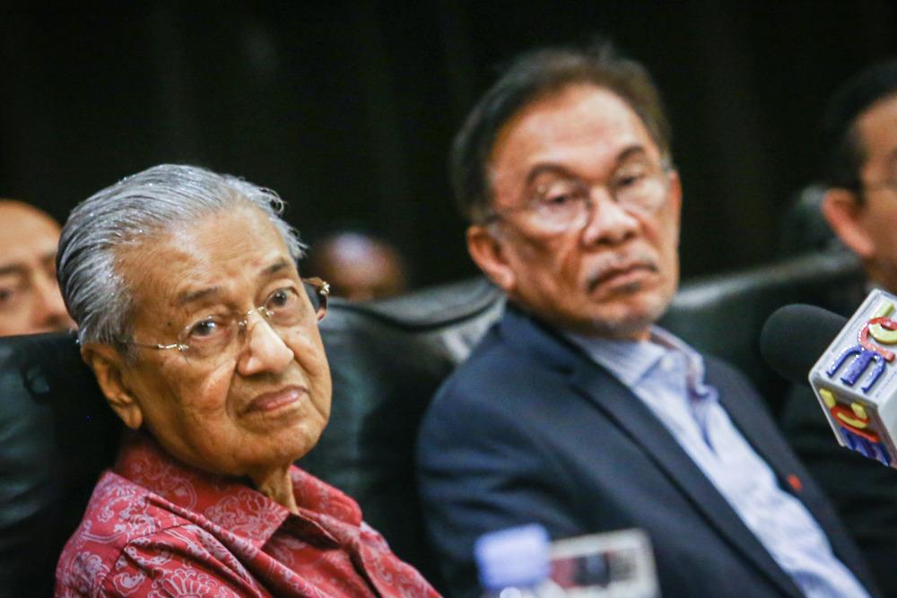 Photo of Anwar, Guan Eng dan Mat Sabu terdesak, cadang Tun M kekal sebagai PM