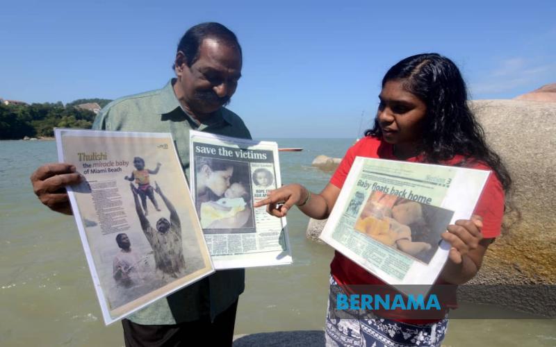 """A. Suppiah, 70, menunjukkan berita mengenai anaknya S. Thulasi, 15, """"bayi ajaib tsunami"""" yang baharu 22 hari dilahirkan semasa kejadian tsunami 15 tahun lepas, ketika ditemui di Batu Ferringhi, baru-baru ini. - BERNAMA"""