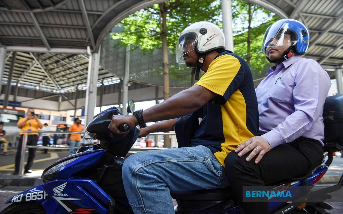 Anthony Loke Siew Fook (kanan) menggunakan perkhidmatan Dego Ride bagi merasmikan laluan pejalan kaki LRT Pasar Seni hari ini. --fotoBERNAMA