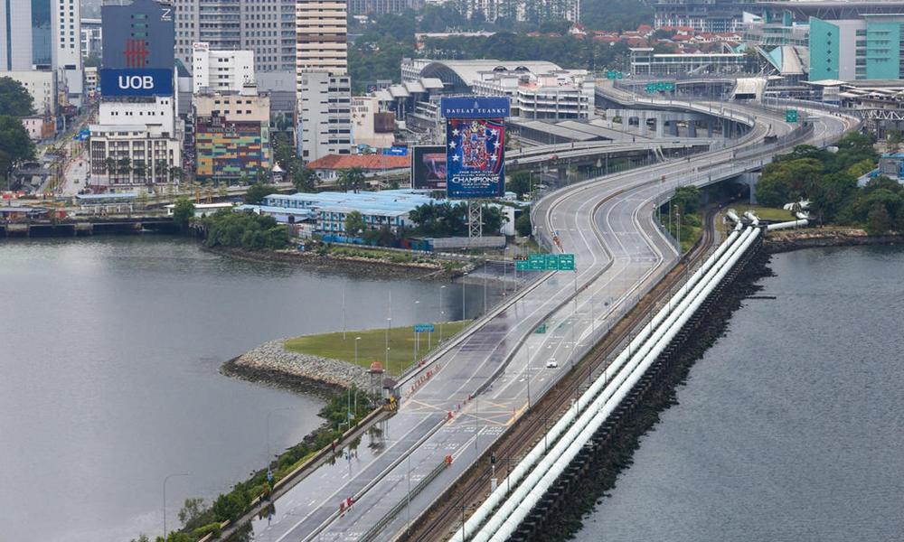 RAKYAT Malaysia bekerja di Singapura yang hendak pulang dinasihatkan jalani kuarantin sukarela selama 14 hari. - Gambar TODAYONLINE.COM