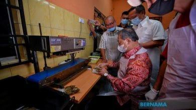 Photo of Pasangan suami isteri teruskan perniagaan ketika PKP membanggakan